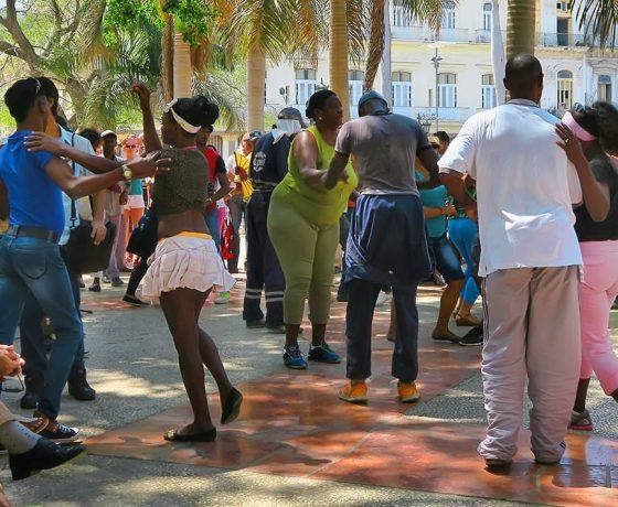 bailando salsa en la habana