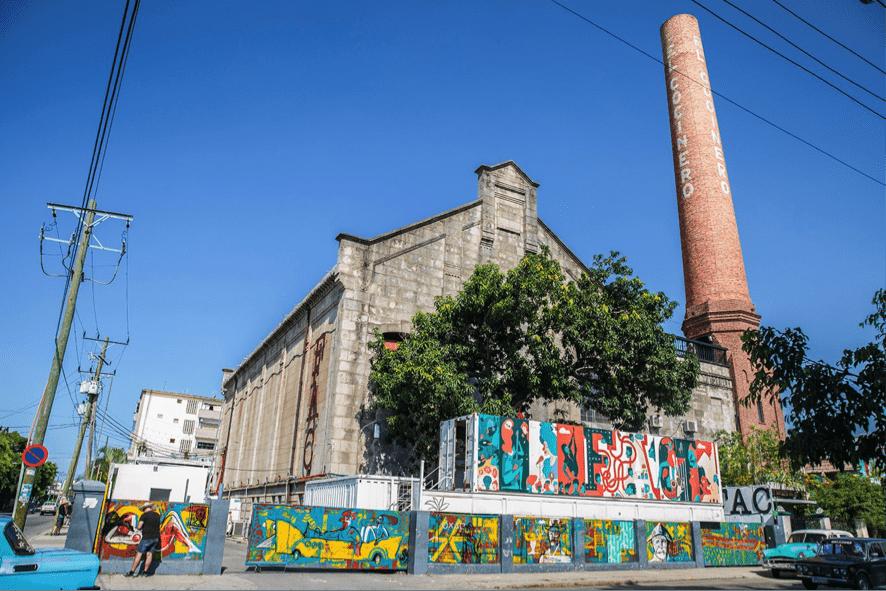 Torre del Restaurante el Cocinero de la Habana y exteriores del recinto cultural Fábrica de Arte Cubano de la Habana